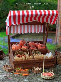 A Farmer's Market in Miniature. By Hummingbird Miniatures. Featured in Sept… by ashleyw Miniature Rooms, Miniature Crafts, Miniature Fairy Gardens, Miniature Houses, Miniature Furniture, Miniature Tutorials, Halloween Miniatures, Dollhouse Miniatures, Dollhouse Ideas