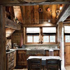 рустикальная кухня в деревянном доме