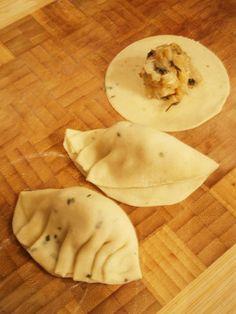 Le Jiaoziouravioli pékinois est un classique chez les traiteurs asiatiques. On les croit difficiles à réaliser. Or la pâte est simple à faire et elle peut être arômatisée aisément comme ici au p…