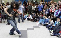 El violinista libanés Ara Malikian y su Orquesta en el Tejado, acompañados por un grupo de unos treinta alumnos del conservatorio Jesús de Monasterio de la capital cántabra, durante su actuación en la estación de ferrocarril en Santander.