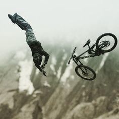 Enerjiyi içinde hissetmek #bisiklet #bisikletsevenler #bisikletözgürlüktür #bisikletturu #bisikletliulasim #bike #bicycle #cycling #manzara #uçurum #enerji #fotografia #