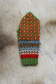 Arjeplog Rosettes: Swedish Sámi Knitted Mittens Knitting pattern by Laura Ricketts Designs