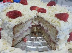 Bolo de leite ninho com morango é uma opção deliciosa para sua festa de aniversário, sobremesa ou lanche! Certeza de bons elogios! Créditos da foto: Éllen