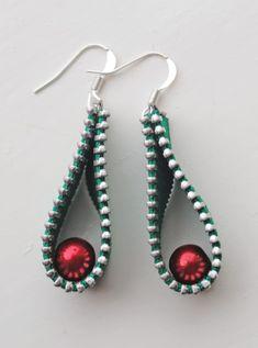 Holly inspired zipper earrings by habercraftey x change the colors for all year wear Zipper Bracelet, Zipper Jewelry, Fabric Jewelry, Leather Jewelry, Recycled Jewelry, Old Jewelry, Jewelry Crafts, Handmade Jewelry, Jewellery