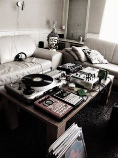 bittyboop:    This would be my and my husband's place in the future. Buddha heads and vinyls. Fucking beautiful.