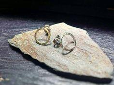 Boucle d'oreille en argent martelé  envoyé depuis par LaBijouanne Sterling Silver Earrings, Silver Rings, Matching Rings, Argent Sterling, Round Earrings, Heart Ring, Studs, Etsy, Handmade