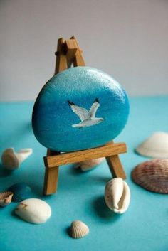 Looking Ideas For Making Art Rock For Your Home Decor? If you want to spend quality time with your child. Here are some stone art ideas that can inspire you. We hope this article can be inspire, enjoy. Pebble Painting, Pebble Art, Stone Painting, Rock Painting Patterns, Rock Painting Designs, Stone Crafts, Rock Crafts, Painted Shells, Painted Driftwood