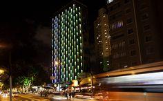 """Ruído de sirenes, movimento de carros e poluição do ar são as inspirações para o projeto """"Criatura de Luz"""", do arquiteto Guto Requena, que as transforma em luz e cor na fachada de um hotel em São Paulo,"""