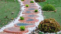 25 Incredible DIY Garden Pathway Ideas You Can Build Yourself To Beautify Your Backyard Stepping Stone Walkways, Stone Garden Paths, Garden Steps, Diy Garden, Design Patio, Path Design, White Pebble Garden, Path Ideas, Walkway Ideas