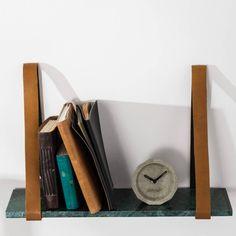 Wat is de Fad wandplank van Zuiver gaaf! Plaats je mooiste spulletjes op deze plank. De plank is gemaakt van marmer en hij is afgewerkt met leren riemen wat het