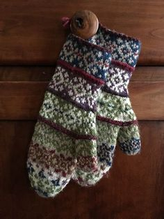 Ravelry: Pysje mæ alt pattern by Tori Seierstad Knitted Mittens Pattern, Knit Mittens, Knitted Gloves, Knitting Socks, Knitting Patterns, Vest Pattern, Fair Isle Knitting, Knitting Accessories, Ravelry