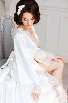 Купить или заказать 'Влюбленная в Париж' - роскошное будуарное платье для невесты в интернет-магазине на Ярмарке Мастеров. Настоящее будуарное платье мечты! Роскошь переливающегося атласа, тончайшая искусная отделка кружевом шантильи, красивый шлейф, визуально вытягивающий силуэт, глубокое декольте, завершающееся рядом маленьких пуговичек, на которые застегивается пеньюар, пояс, который можно завязать сзади в пышный бант, и конечно - восхитительная спинка!!!! Это уникальное, совершенн...