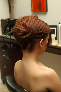 Like this neoclassical updo? We show you how to create it yourself in five easy steps!