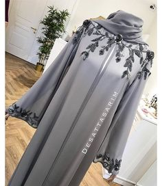Abaya Style 585608757775569943 - Müşterimiz iyi günlerde kullansın 🌸 Source by bpardha Iranian Women Fashion, Islamic Fashion, Muslim Fashion, Mode Abaya, Mode Hijab, African Fashion Dresses, African Dress, Costumes En Tweed, Hijab Evening Dress