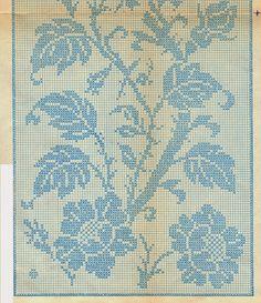 Un centro bianco lavorato a rete filet con rami e fiori.  Il motivo lo si può utilizzare anche per realizzare tendine a vetro.