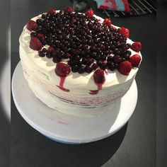 Layer cake fruit rouge Fruit, Cake, Desserts, Food, Raspberry, Red, Tailgate Desserts, Deserts, The Fruit