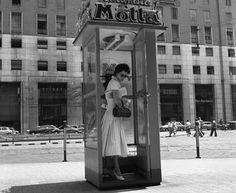 Il 16 Giugno Milano perderà molte delle sue cabine telefoniche. Al giorno d'oggi questi il parlare e l'ascoltare non trovano più posto nelle telecomunicazioni, illimitate, immediate e che noi cerchiamo di far diventare sempre più sintetiche, ma cercano nuovi luoghi e mezzi per esprimersi. E perché non far sì che questi mezzi diventino l'arte, la musica e la poesia?