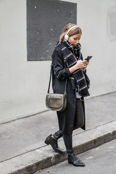 scarf for fall, street style, layering for winter, trench coat outfit, booties outfit Fashion 2017, Look Fashion, Fashion Outfits, Fashion Trends, Cute Winter Outfits, Fall Outfits, Casual Outfits, Winter Clothes, Silvester Outfit