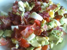 Avokadosallad med ägg, tomat och knaperstekt bacon