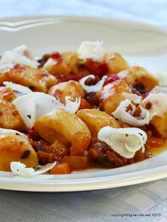 grain de sel - salzkorn: Angefüttert: Bratkartoffel-Gnocchis mit Paprika-Merguez-Sauce