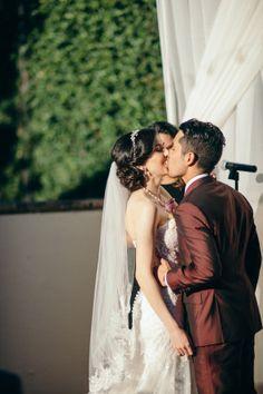 Der erste Kuss als Mann und Frau  | www.hochzeitsplaza.de/real-weddings | #hochzeit #hochzeitplanen #hochzeit2017 #braut #brautkleid #weddinginspo #weddingplanner #weddingblog #bride