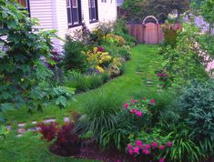 side yard landscape ideas This would be perfect here Beautiful Gardens, Water Wise Landscaping, Foundation Planting, Landscape Design, Side Yard Landscaping, Outdoor Gardens, Front Yard Landscaping, Garden Design, Cottage Garden