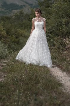 Donika Wedding dress in lace and tulle with short door MaudiKa