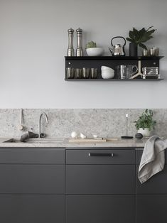 Dark grey kitchen with a natural stone top COCO LAPINE DESIGN Minimalist Kitchen Coco dark Design Grey Kitchen Lapine natural Stone Top Grey Kitchen Designs, Rustic Kitchen Design, Quartz Backsplash, Kitchen Backsplash, Kitchen Sink, Granite Kitchen, Backsplash Cheap, Travertine Backsplash, Beadboard Backsplash