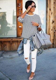 Универсальный образ в стиле сasual – кофта в полоску, белые рваные джинсы и балетки пастельного тона. Джинсовая куртка и серая объемная сумка отлично вписываются в лук.