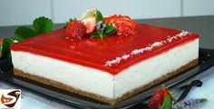 La cheesecake fredda è un dolce americano semplice e veloce da preparare. La salsa alle fragole la rende poi particolarmente fresca e gustosa.