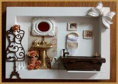 Charmoso quadro cenario de banheiro, confeccionado em mdf, pintura branca, manequim e banheirinha em mdf, pintu <br>ra na cor tabaco, espelhinho provençal, ia resina, vasinho de <br>ceramica com floriznhas de papel, aplique de laçoi em resina <br>mini perfumes, rico em detalhes. <br>Nossa sugestão para decorar seu banheiro com beleza, femi <br>nilidade e romantismo, <br>*PRDOUTO A PRONTA ENTREGA* <br>Exclusividade Atelier By Dreams!!!