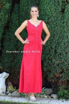 b6964425c618 Červené dlouhé plesové společenské šaty . Ceny na www.svatebninella.cz   plesovéšaty