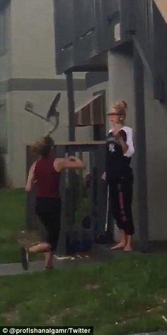 ΗΠΑ: Άγριο ξύλο μεταξύ δύο γυναικών στο δρόμο (φωτό, βίντεο)