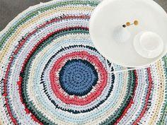 Kostenlose Häkelanleitung: Teppich aus T-Shirts und Laken häkeln / free crochet diy tutorial: how to crochet a carpet with old shirts and bed linen, upcycling via DaWanda.com