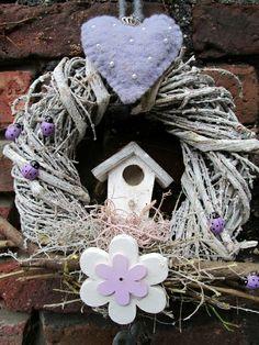 Frühlingsdeko #Frühling #Spring #Kranz #Wreath #Blumen #Vogelhäuschen #Violett #Lila #Flieder