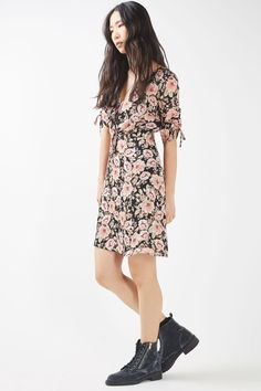 We love the feminine feel of this tea dress in pretty peony print. In a mini cut, it comes with a v-cut neckline and short sleeves that feature cute tie detail. Toughen up the look with a leather jacket and ankle boots. Things To Buy, Stuff To Buy, Peony, Womens Fashion, Fashion Trends, Topshop, Blush, Short Sleeve Dresses, Bohemian