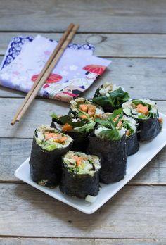 Makis aux légumes (salade, jeunes pousses, graines germées, avocat, carotte, oignon nouveau)