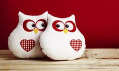 DIY sewn owls, maybe for Valentine's Day Sewing Crafts, Sewing Projects, Owl Bags, Owl Fabric, Felt Owls, Owl Pillow, Christmas Owls, Owl Crafts, Pin Cushions