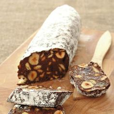 Ingredienti80 g di cacao amaro in polvere50 g di nocciole sgusciate100 g di zucchero70 g di burro 150 g di biscotti secchi1 uovo1 tuorlorumzucchero a veloTosta le nocciole nel forno caldo a