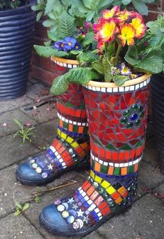 Very cool idea! Mosaic Garden Art - Best Australian Online Mosaics Supplier for Mosaic Tiles & Supplies. Learn Mosaic Art Craft with us! Mosaic Garden Art, Mosaic Pots, Mosaic Glass, Mosaic Tiles, Mosaic Flower Pots, Pebble Mosaic, Mosaic Crafts, Mosaic Projects, Art Projects