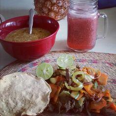 Verduras con carne de res y agua de fresa, acompañada con salsa y una tostada horneada.