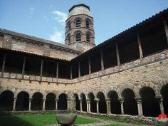 Lavaudieu   (Haute-Loire Auvergne)  Abadia benedictina de l'Edat Mitjana. Claustre romànic, i pintures murals d'inspiració bizantina ornen els seus murs.