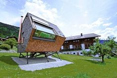 オーストリア 東チロルのアルプスに建つコテージの春