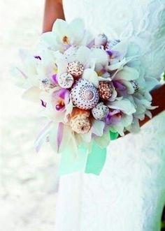 Ramos de novias de conchas. Aquí te mostramos más de 120 sugerencias de ramos de novia. Pedrería y tela, broches, chocolate y gominolas, botones, frutas, mariposas, papel, perlas, conchas, exóticos, metálicos, con plumas, abanicos, bolsos, navideños, modernos, clasicos…