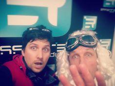 Petit #selfie d'au revoir ! Ah zut, en #1985, on n'avait pas encore inventé le #Selfie…ce qui explique que #Doc et #Marty ne soient pas tout à fait à l'aise dans cet exercice! XD => https://youtu.be/YXIlmXMOkPk #BackToTheFuture #26octobre1985 #21octobre2015 #RetourVerslESSENTIEL