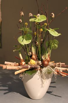 Ikebana Arrangements, Floral Arrangements, White Wreath, Deco Floral, Decorated Jars, Plant Design, Easter Wreaths, Flower Decorations, Flower Designs