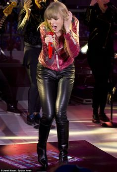 Taylor Swift in leather. Taylor Swift Concert, Taylor Swift Hot, Taylor Swift Style, Swift 3, Very Pretty Girl, Leder Outfits, Women In Music, Taylor Swift Pictures, Confident Woman