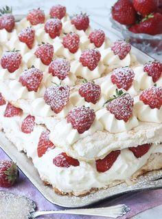 Lindas himmelska jordgubbstårta – Lindas Bakskola Brownie Recipes, Cake Recipes, Dessert Recipes, Pavlova Recipe, Cocktail Desserts, Chocolate Sweets, Swedish Recipes, Sweet Pastries, Bread Cake
