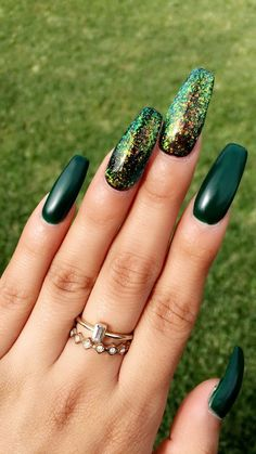 Emerald green nails are fascinating and exciting nail art design. That's why we want to show you some gorgeous and fashionable ideas so that you can try them when you need them. Emerald green nails are definitely the color that wears on nails this s Matte Green Nails, Green Nail Polish, Gold Nails, Matte Nails, Nail Polish Colors, Blue Nails, Emerald Nails, Dark Nails With Glitter, Dark Color Nails
