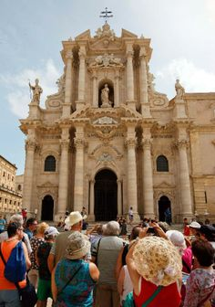 Ancient towns of Sicily   Travellers tour old town of Syracuse in Sicily, Italy - Xinhua ...
